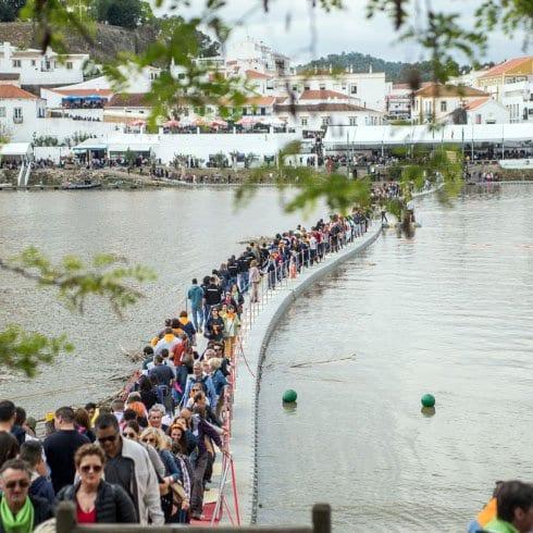Pasarela sobre el río Guadiana durante el festival del Contrabando