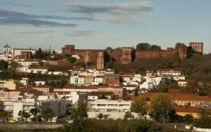 Panorámica de Silves con su castillo en el alto
