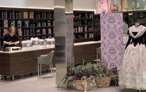 En Valencia hay muchas tiendas especializadas en trajes falleros