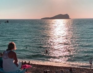 También se puede ver en atardecer desde la playa en cala Conte