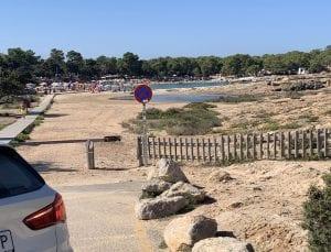 En Cala Bassa hay un parking justo al pie de la playa