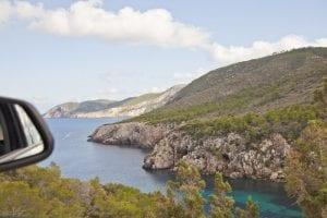 La costa de Ibiza es escarpada y preciosa