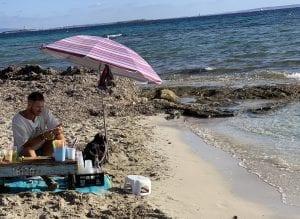 Puesto de bebidas en la playa de Ses Salines