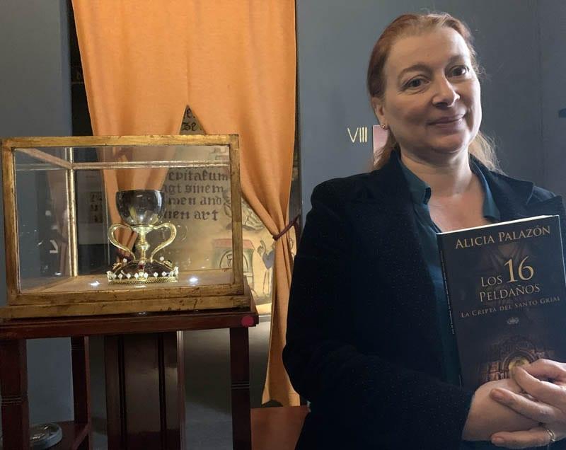 Alicia Palazón posa con su novela en el Aula Grial de Valencia