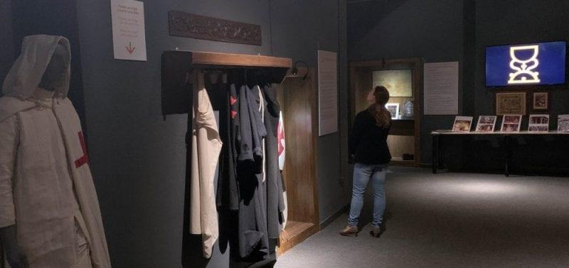 Detalle del interior del Aula Grial donde puedes hasta disfrazarte de caballero templario