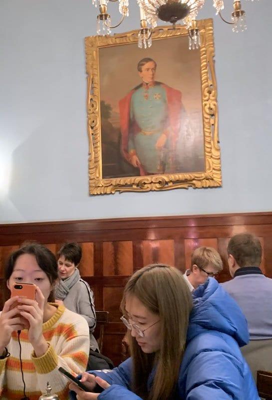 Dos turistas asiaticas en la confitería Demel