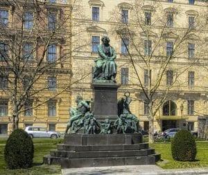 Beethoven tiene una plaza y una escultura dedicada a su persona en Viena: Beethoven Platz 1