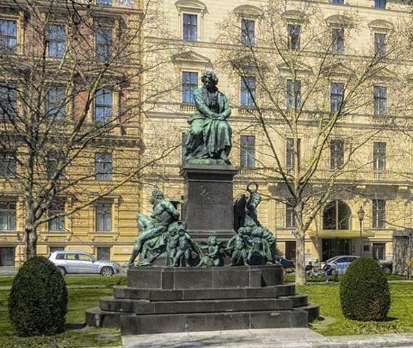 Beethoven tiene una plaza y una escultura dedicada a su persona en Viena: Beethoven Platz.