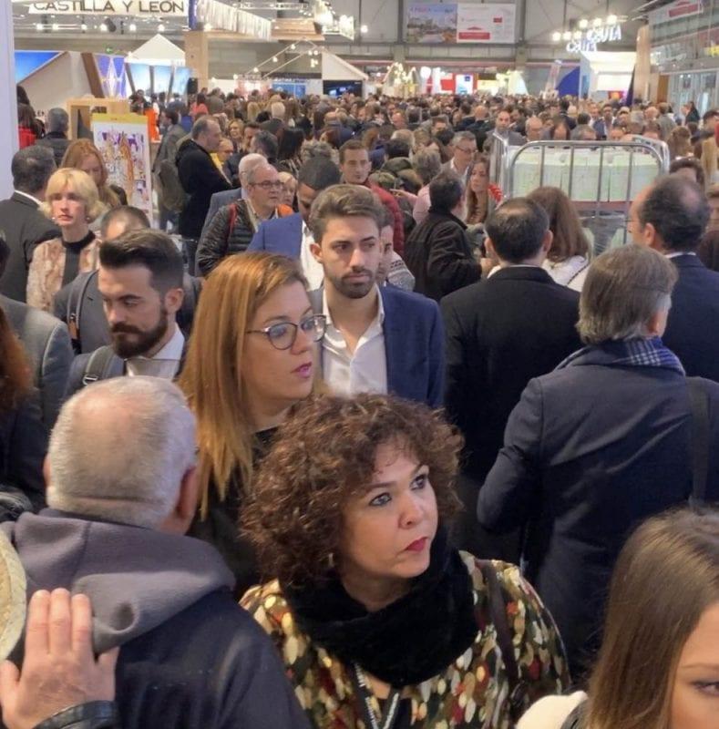 Gente en los pasillos de Fitur 2020