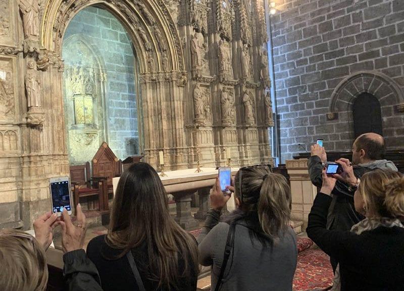 Siempre hay gente fotografiando el Santo Cáliz