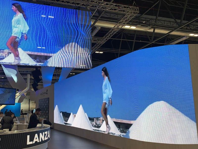 Las pantallas gigantes dominan en todos los stands