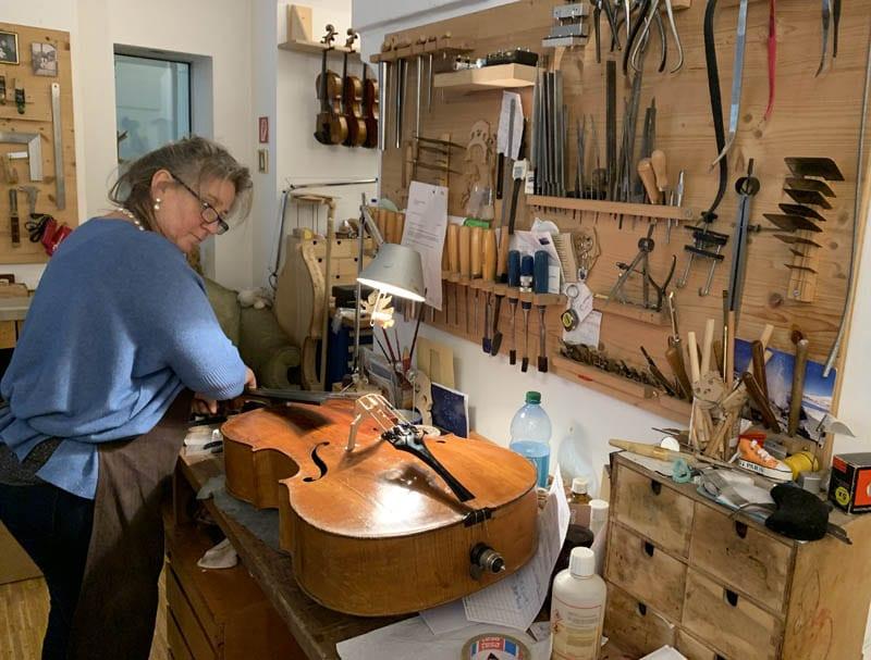 Al lado de la casa de la Música hay un taller donde arreglan instrumentos manualmente