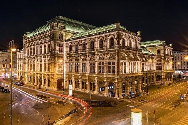 Vista nocturna del exterior de la Ópera de Viena