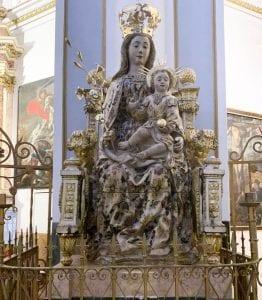 En vísperas del parto, las embarazadas dan nueve vuelas alrededor de esta virgen