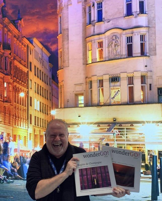 Hernando Reyes posa con los dos ejemplares de WonderGo ya publicados