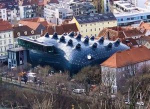 El museo Kunst tiene forma de extraterrestre cuyo ojo derecho mira a la torre del reloj