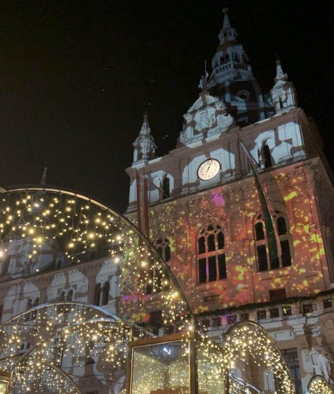 Ayuntamiento de Graz iluminado en Navidad