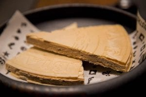 El corte de helado de Ferrero Rocher, postre estrella del Canalla Bistro