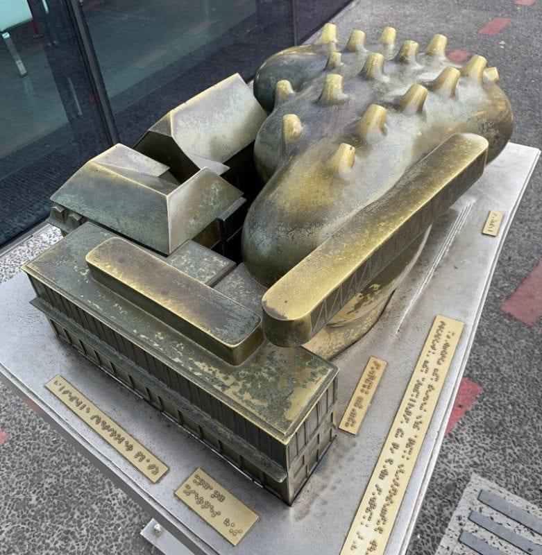 Escultura del Kunst para facilitar la visita de viajeros invidentes