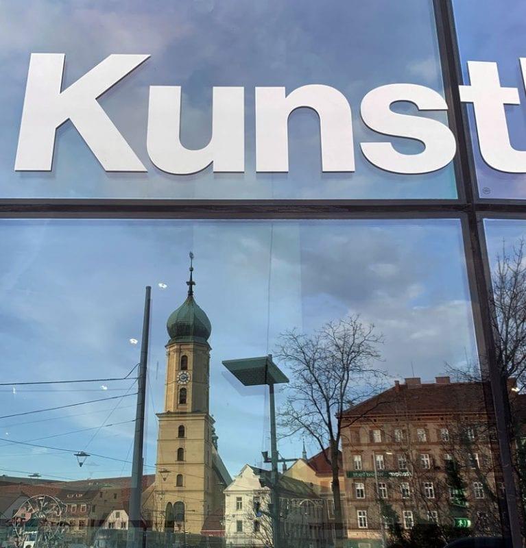 Reflejo sobre la fachada del museo Kunst