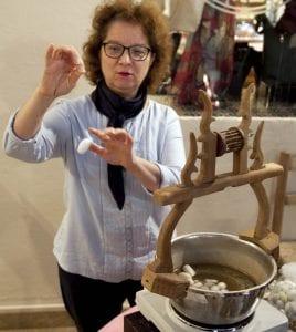 En el museo de la seda muestran como se crean los hilos a partir de un capullo