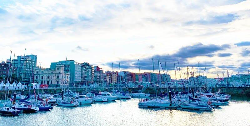 Vista panorámica de Gijón, ciudad cantábrica donde da gusto pasear al borde del mar