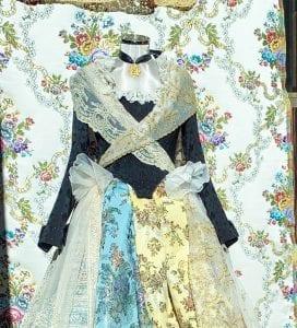 Los vestidos de fallera aún se elaboran con sedas
