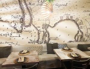 El restaurante Puerto escondido tiene una decoración viajera