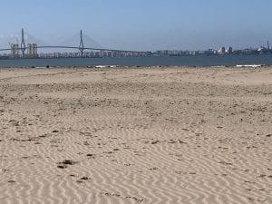 """Desde la playa de Levante se ve el puente de """"La Pepa"""""""