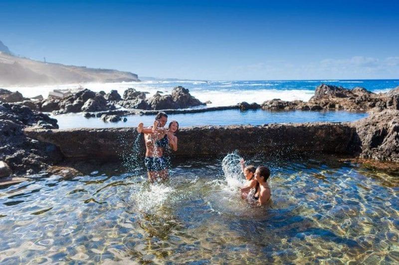 Bañarse en los charcos de Garachico es divertido para toda la familia