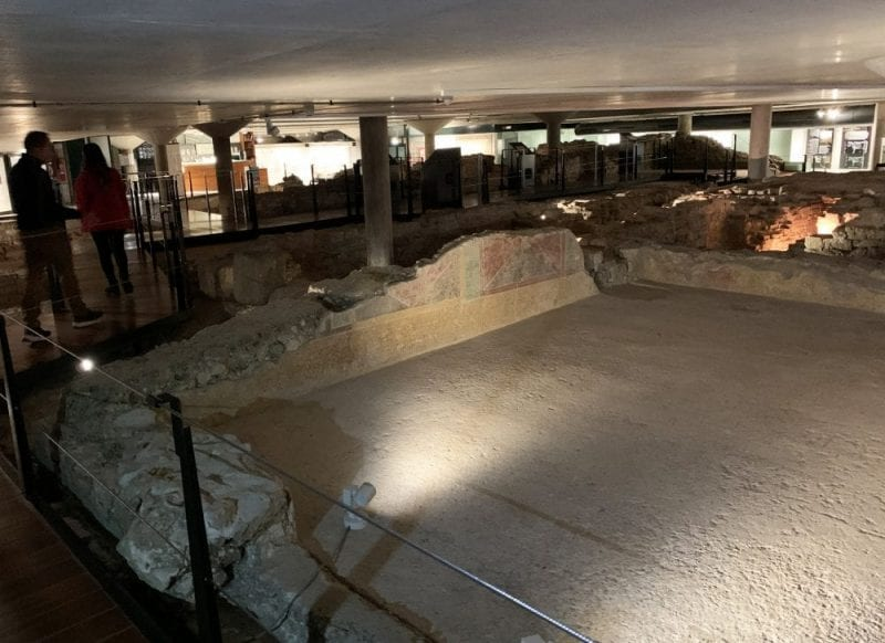 Detalle del interior del museo de las termas romanas de Gijón