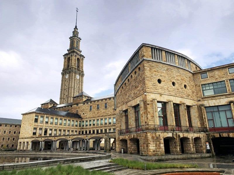 Vista de parte de la fachada de la Universidad Laboral de Gijón