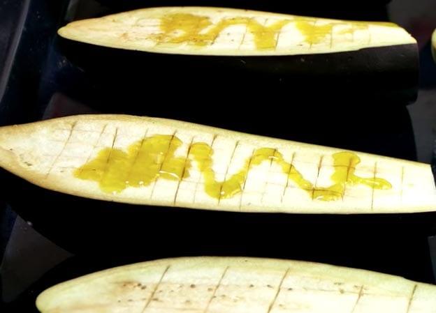 La berenjena se corta en cuadraditos antes de meterla al horno