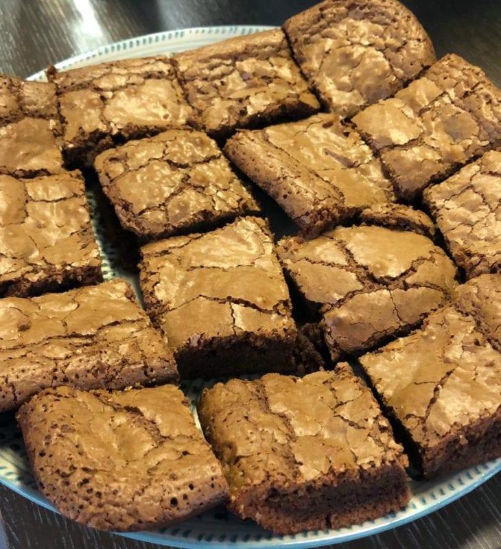 Brownie de chocolate recién hecho