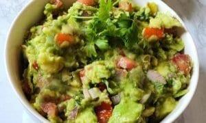 Plato de guacamole recién hecho