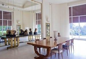 Detalle del salón comedor de la casa Serralves, lleno de luz