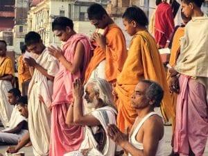 Los sanyasis o místicos hindús rezan ante el Ganges