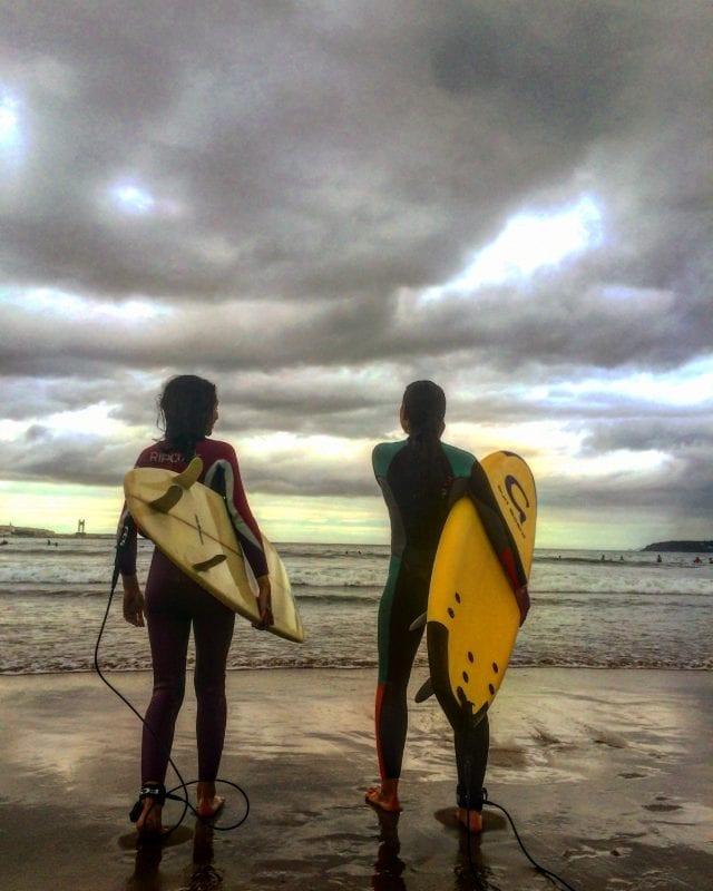 Dos surfers en Galicia