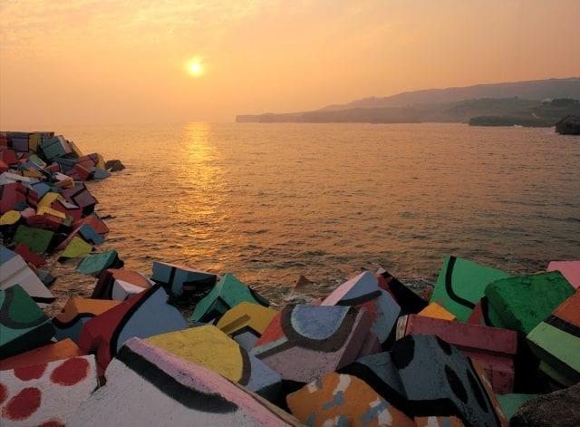 Los bloques de Ibarrola, arte urbano en el puerto de Llanes