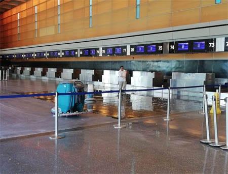 Personal de limpieza trabajando en los mostradores de facturación del aeropuerto de Boston