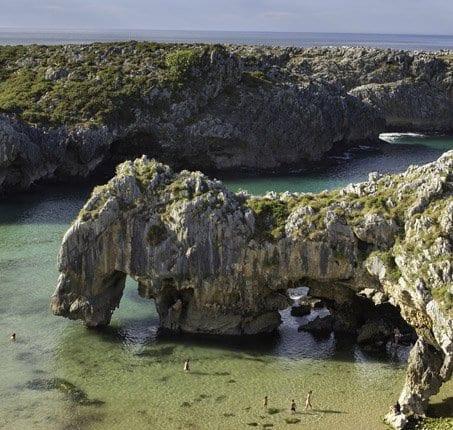playa las cuevas llanes asturias