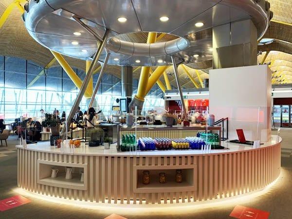 Detalle de la isla para el servicio de comidas en la sala Vip de Iberia de la T4 de Madrid