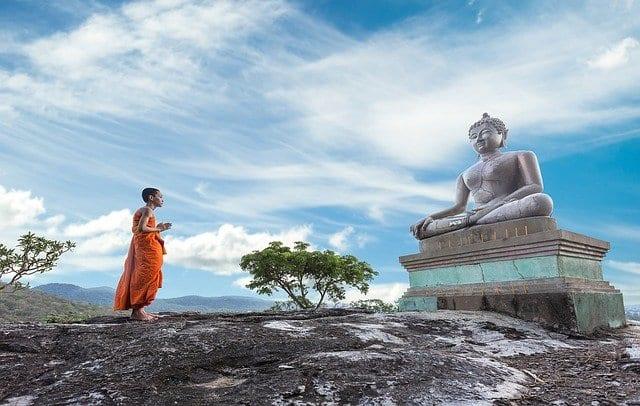 Hombre rezando ante Buda
