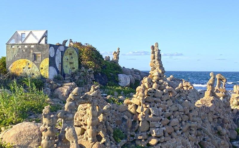 Recorremos la etapa más fácil y más bonita del Camino dos Faros en Galicia: 18 kilómetros que separan Laxe de Aoru, parada en la playa de cristales y en Traba
