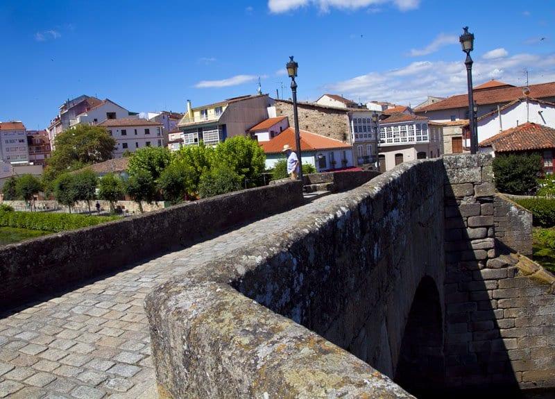 El puente romano cruza el río Cave en Monforte de Lemos