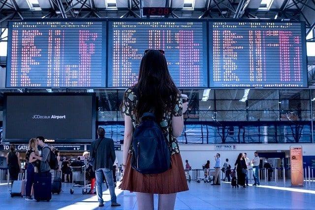 Panel de vuelos de un aeropuerto