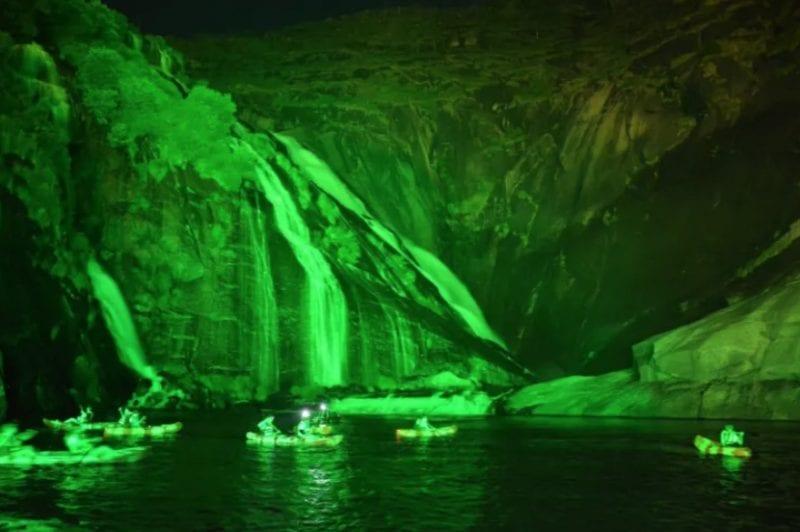 Imagen de la cascada de Ézaro de noche