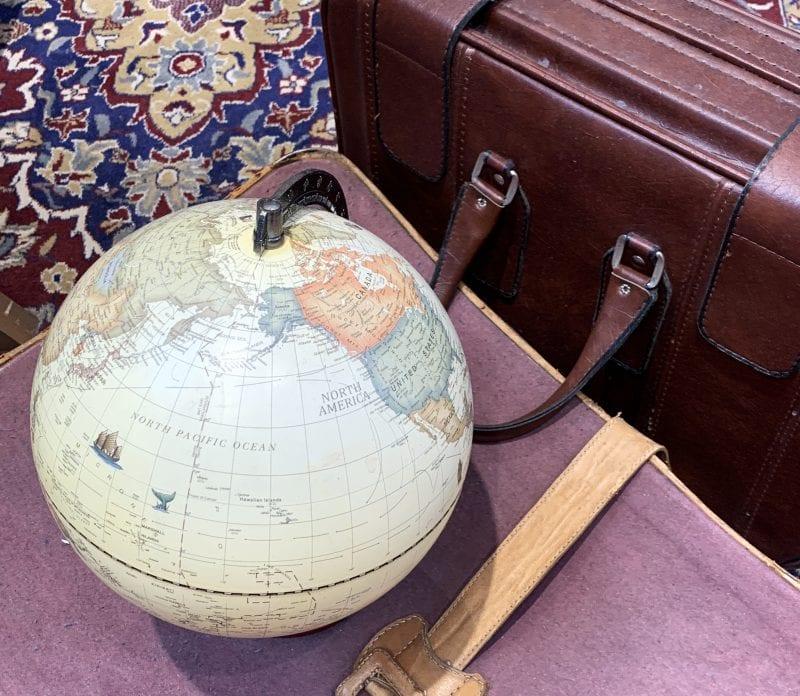 Maletas antiguas y bola del mundo