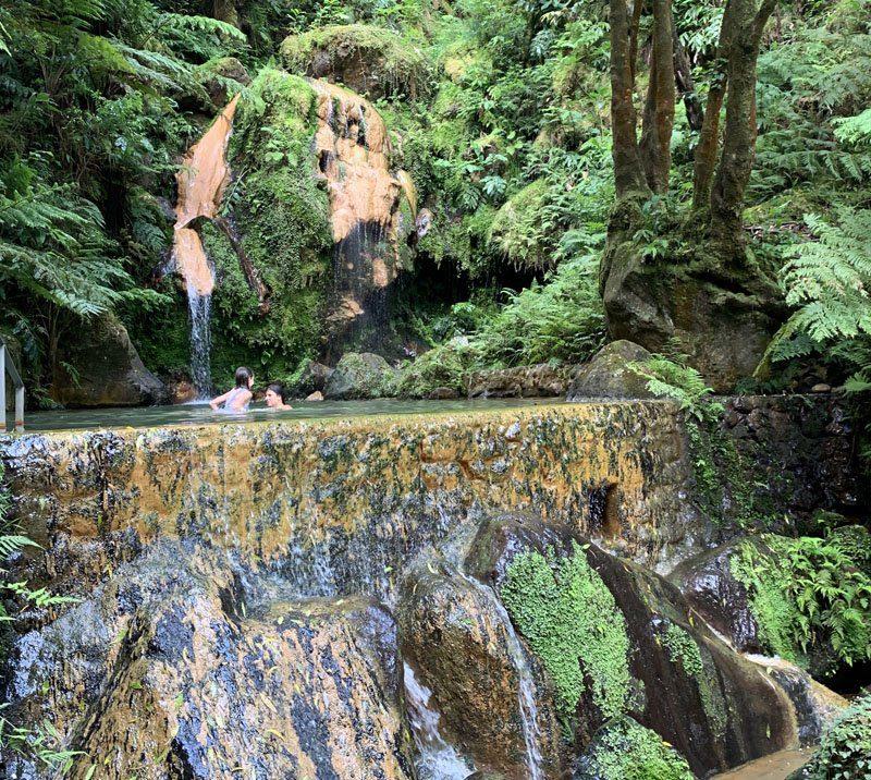 Baños en Caldeira Velha en San Miguel de Azores